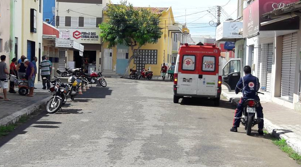 Ambulância foi levada enquanto profissionais realizavam atendimento em Macau (Foto: Jailton Silva)