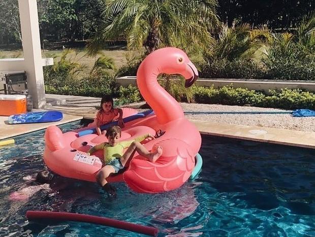 A na Maria Braga se diverte com os netos (Foto: Reprodução / Instagram)