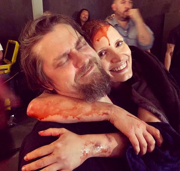 A atriz Jessica Chastain coberta de sangue falso e abraçada ao diretor Andy Muschietti (Foto: Instagram)