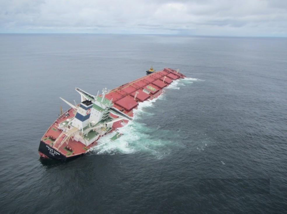 Navio Stellar Banner está encalhado há duas semanas na costa do Maranhão — Foto: Divulgação/Marinha do Brasil