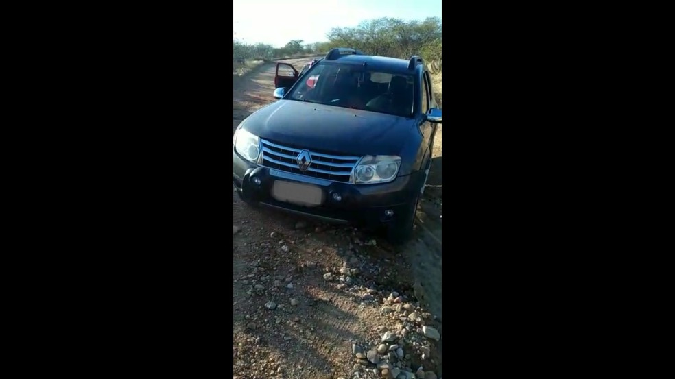 Carro da família usado na fuga dos criminosos foi encontrado na manhã desta quinta (10) — Foto: Reprodução/Vídeo PM