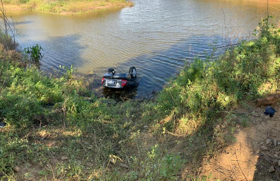 De acordo com a sobrevivente, o carro capotou antes de cair no açude no Ceará. — Foto: Edson Freitas/TV Verdes Mares