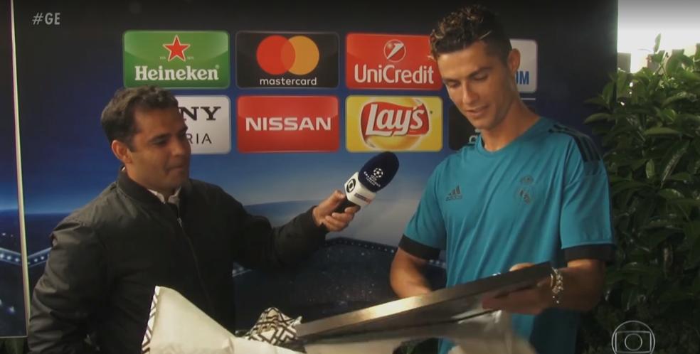 Cristiano Ronaldo recebe caricatura (Foto: Reprodução)