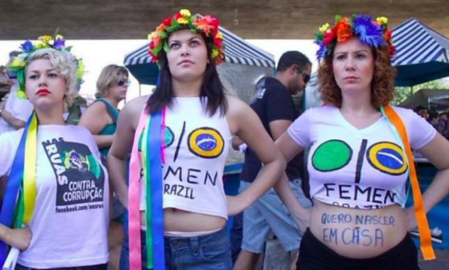 Sara Winter e Carla Zambelli em protesto do grupo Femen em São Paulo