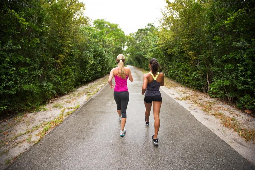 Caminhar reduz risco de uma série de doenças e morte precoce (Foto: iStock Getty Images)