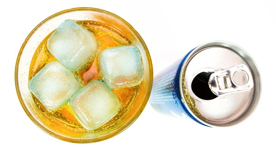 É seguro consumir bebida energética? Nutricionista responde