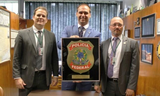 A Fenapef, representada pelo seu presidente, Luís Antônio Boudens, e pelo diretor parlamentar, Marcus Firme, entrega homenagem ao deputado Eduardo Bolsonaro