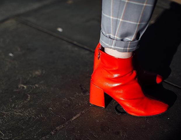 As botas coloridas são uma tendência fortíssima para este ano (Foto: Imaxtree)