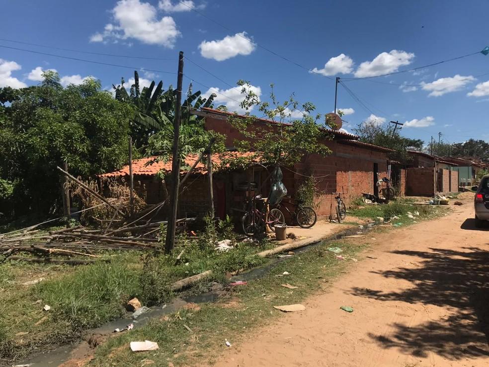 Construções de madeira foram derrubadas na Vila Apolônia.  — Foto: Lorena Linhares/G1