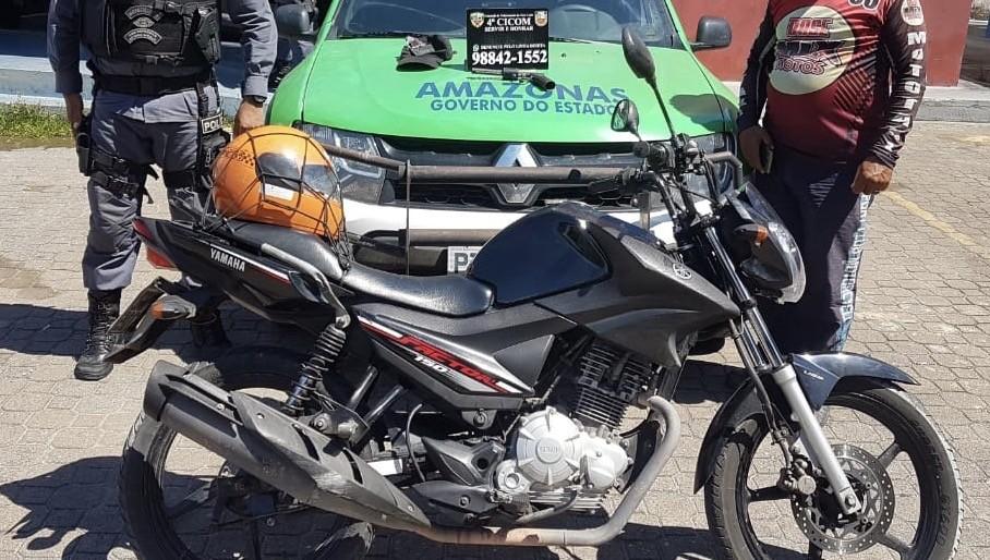 Suspeitos de roubar moto são encontrados após vítima rastrear veículo em Manaus