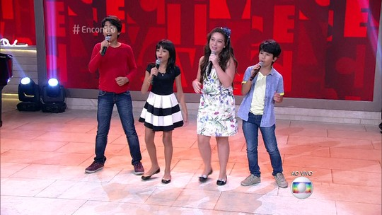 Enzo e Eder, Iris Pereira e Pérola Crepaldi, semifinalistas do 'The Voice Kids', cantam no 'Encontro'