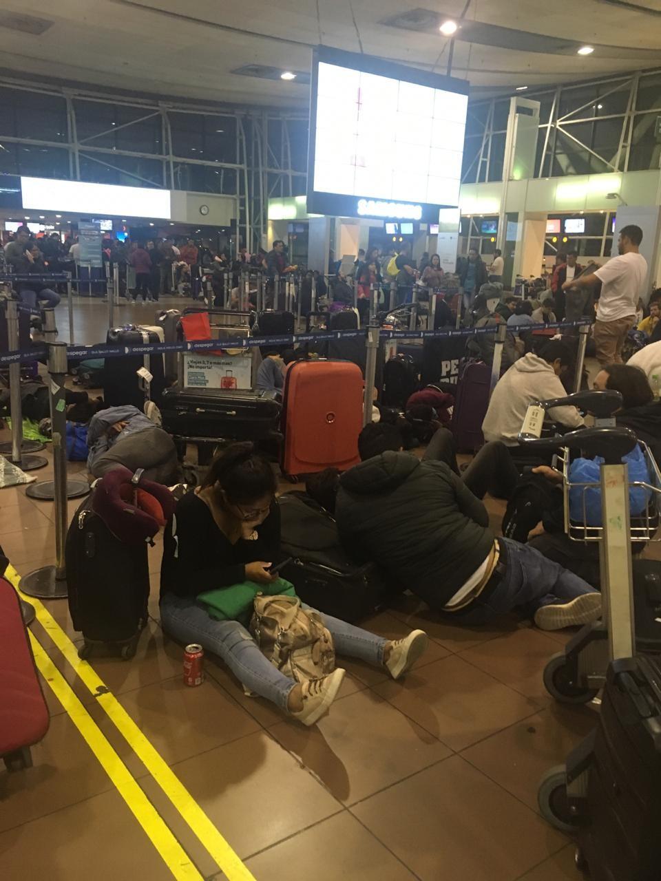 Brasileira dorme no chão de aeroporto do Chile em meio a protestos: 'Caos' - Notícias - Plantão Diário