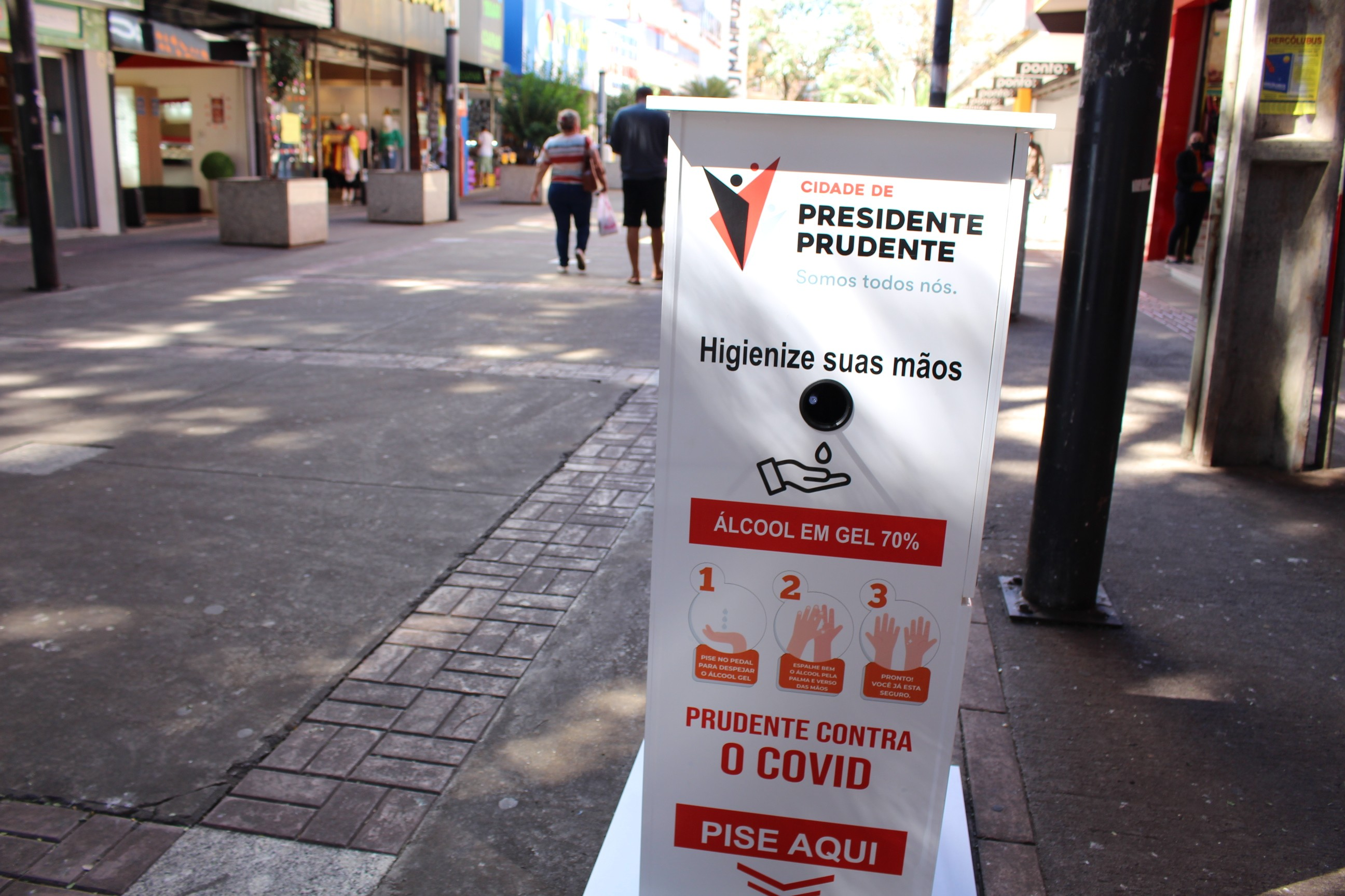 Totens com álcool em gel são instalados no Calçadão de Presidente Prudente
