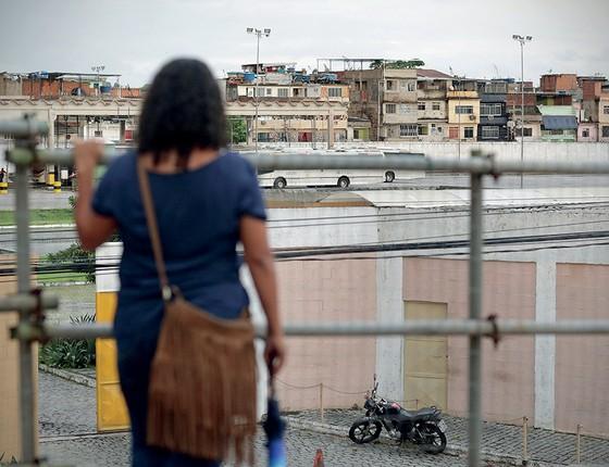 EM CASA Nascida e criada  na Maré, Helena Ferreira da Silva cruza todo dia a passarela da Avenida Brasil, que lhe dá ampla vista do complexo (Foto: Márcio Alves/Agência O Globo)