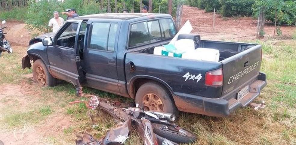 Jovem e motocicleta pararam embaixo de caminhonete e foram arrastados por cerca de 30 metros em Andradina (SP) (Foto: Site Mil Notícias/Divulgação)