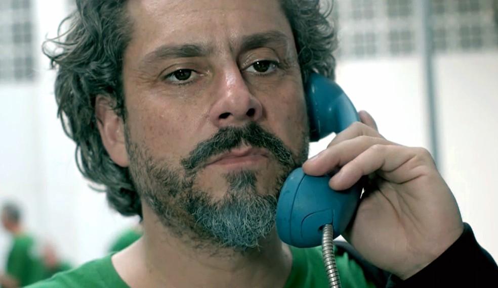 José Alfredo (Alexandre Nero) faz ligação para descobrir quem é Fabrício Melgaço - 'Império' — Foto: Globo