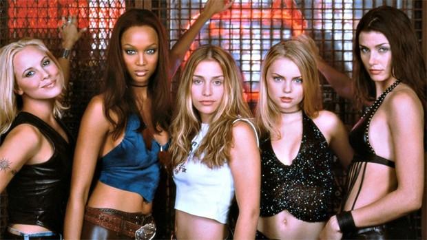 PIper Perabo (centro) com parte do elenco do filme Showbar (2000) (Foto: Divulgação/Buena Vista Pictures)
