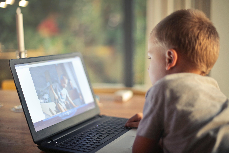 38% das crianças brasileiras têm algum tipo de aparelho eletrônico (Foto: bruce mars/Pexels)