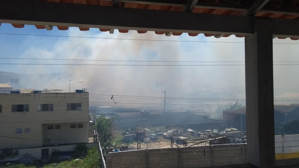 Fumaça prejudica a visão dos motoristas que passam pela RJ-140 — Foto: Mônica Pinheiro/arquivo pessoal