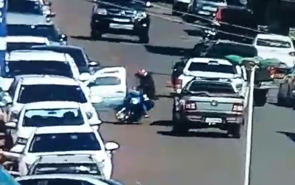 Radialista cai de moto após bater em carro de porta em Bom Jesus de Goiás — Foto: Reprodução/TV Anhanguera