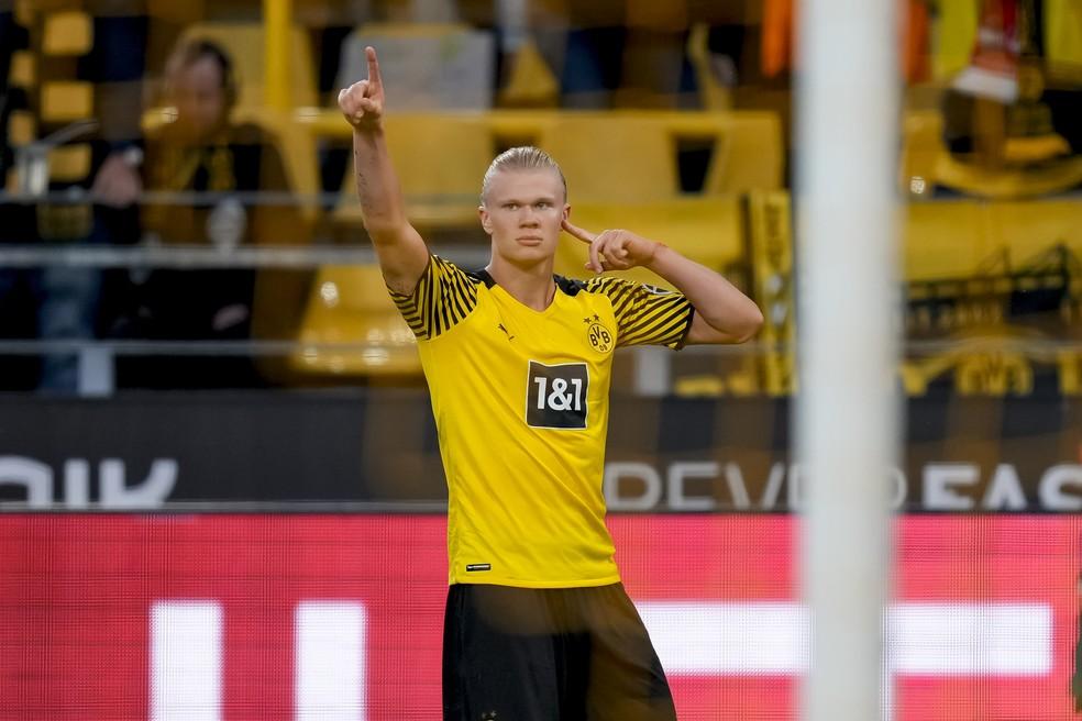 Haaland brilhou com mais dois gols pelo Borussia Dortmund — Foto: Getty Images