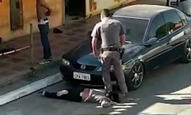Policial Militar pisa no pescoço de mulher negra de 51 anos em Paralheiros, São Paulo
