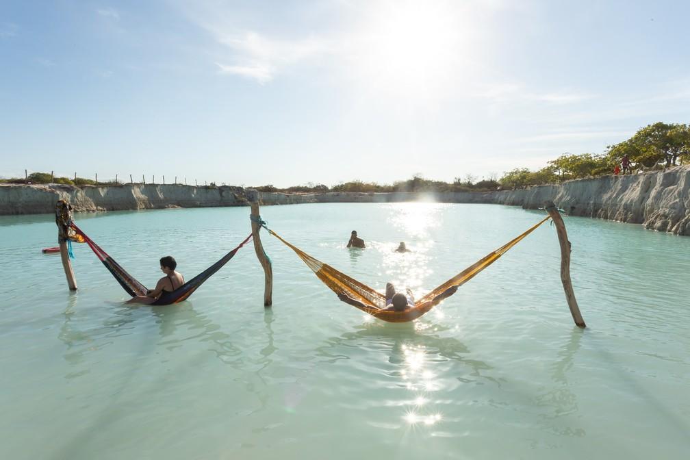 Redes também são opção para turista descansar no Buraco Azul — Foto: Celso Tavares/G1