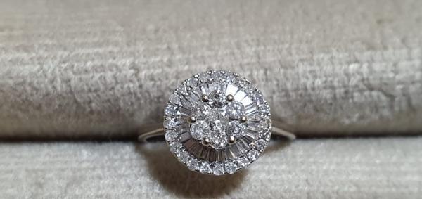 Um dos anéis em leilão
