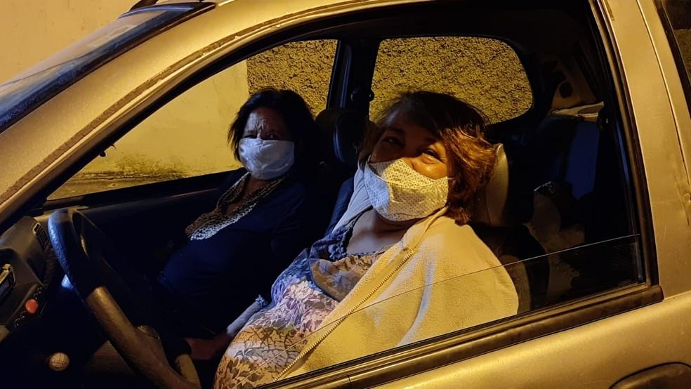 Maria da Conceição levou a mãe Elza Diniz, de 84 anos, para a fila por volta de 1h desta sexta (5) — Foto: Lucas Franco/TV Globo