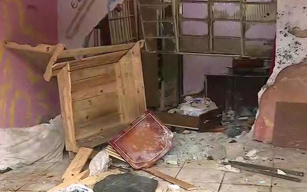 Mulher dormia ao lado da parede que foi atingida por veículo (Foto: TV Globo/Reprodução)