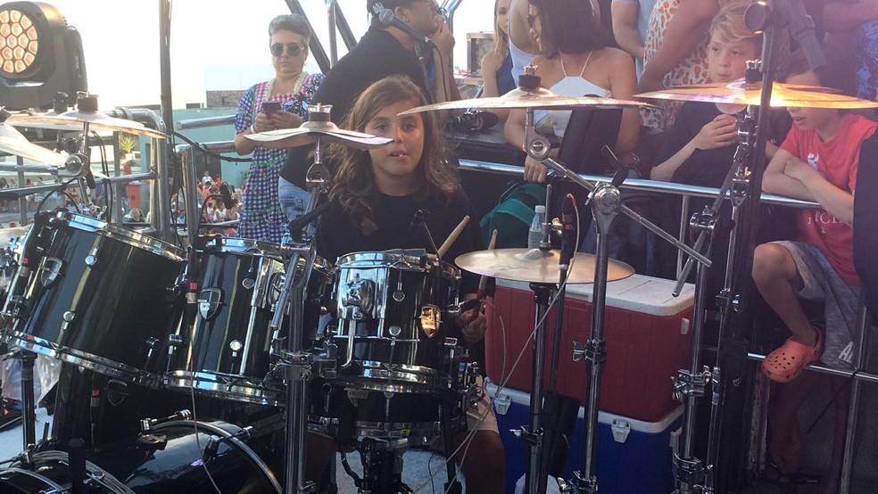 Marcelinho tocando bateria no trio de Ivete Sangalo, na volta da cantora aos shows, após nascimento das gêmeas (Foto: Maiana Belo/ G1)