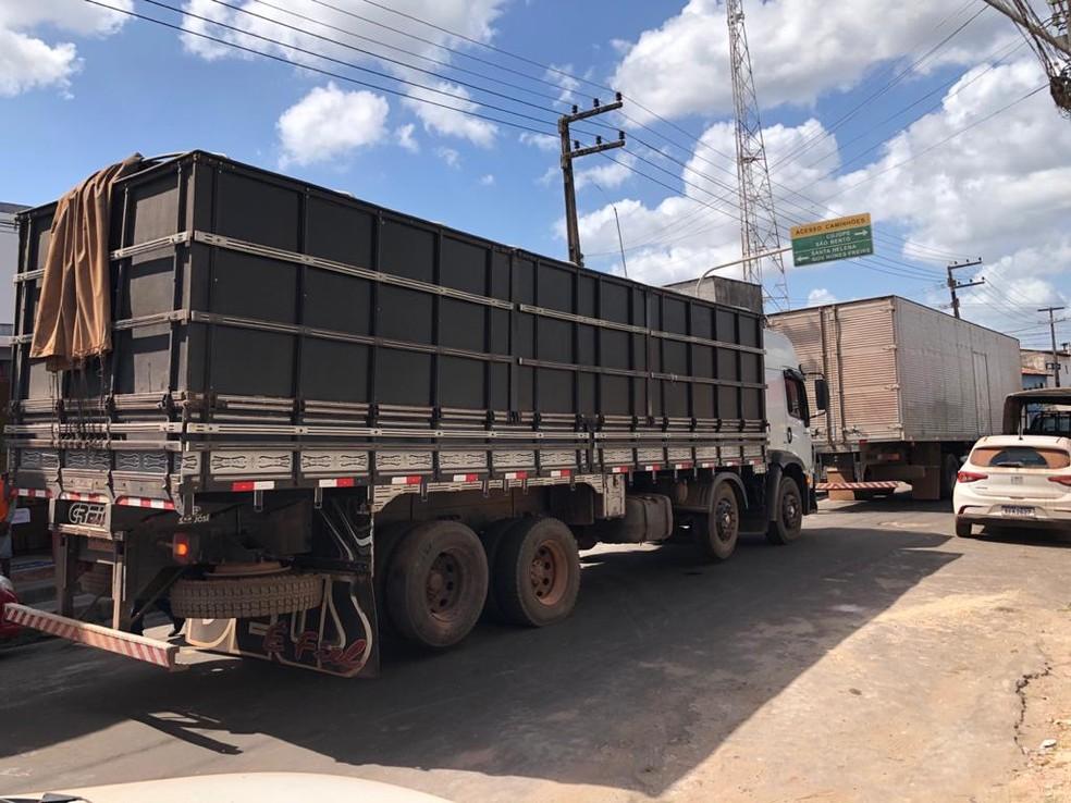 Os caminhões-baú, com cigarros de origem estrangeira, estavam em um porto clandestino na cidade de Bequimão. — Foto: Divulgação/Polícia Civil do Maranhão.