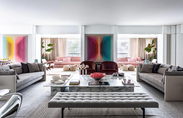 Acima, sala principal do apartamento, com obras de Daniel Mullen e poltronas da designer Patricia Urquiola.  (Foto: João Viegas e Fran Parente (Divulgação) )