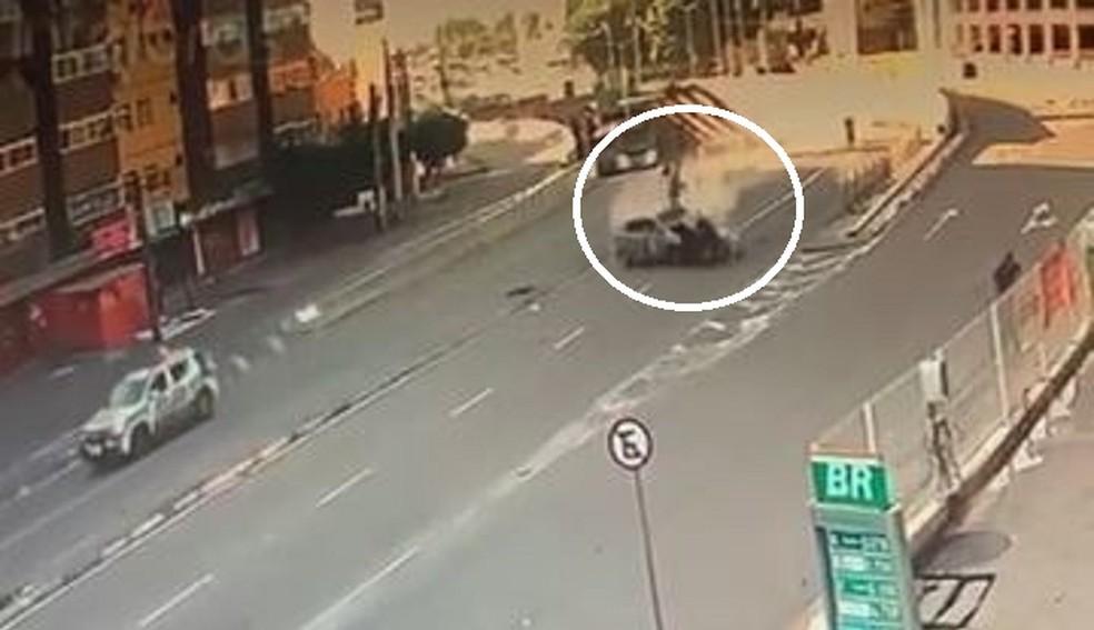 Motociclista e passageiro foram arremessados no ar após serem atingidos pelo carro em alta velocidade na Avenida Borges de Melo, em Fortaleza. — Foto: Reprodução