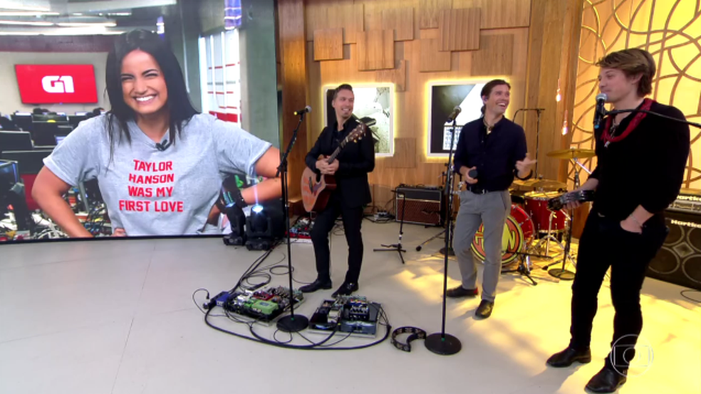 Mari Palma has fun to show t-shirt (Photo: TV Globo)