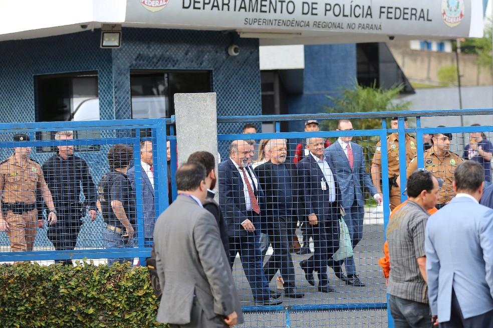 Ex-presidente ficou preso um ano e 7 meses e saiu da prisão, em Curitiba, nesta sexta-feira (8) — Foto: Giuliano Gomes/PR Press