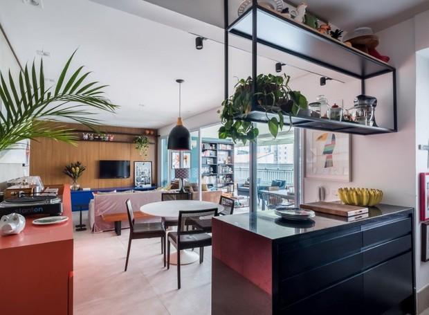 INTEGRAÇÃO | Com o espaço conectado, a maior dificuldade para as arquitetas do SP Estúdio foi harmonizar todos os itens de muita personalidade (Foto: Nathalie Artaxo/ Divulgação)