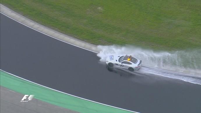 Safety Car avaliou condições de pista antes do treino ter início, com atraso (Foto: Reprodução)