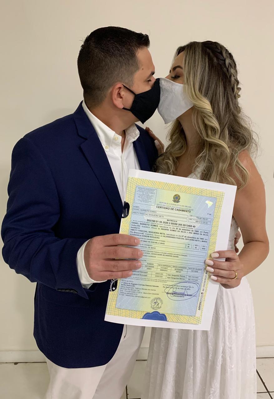 Com máscaras e longe da família, médicos se casam em cartório no AC e adiam festa devido à pandemia