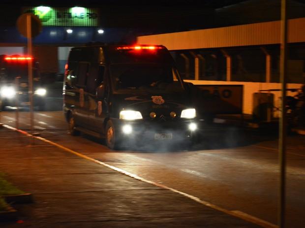 Presos são levados em vans da penitenciária federal de Porto Velho (Foto: Matheus Henrique/ G1)