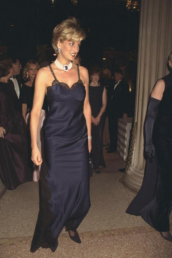 Lady Diana no Met Gala de 1996, em um vestido da primeira coleção de alta-costura de John Galliano para a Dior com a bolsa Lady Dior, batizada em sua homenagem.  (Foto: Getty Images)