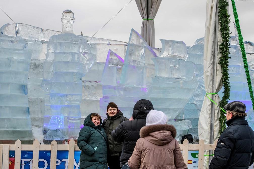 Estátua de gelo de Cristiano Ronaldo no Poklonnaya Gora em Moscou chama a atenção de fãs (Foto: Mladen Antonov / AFP)
