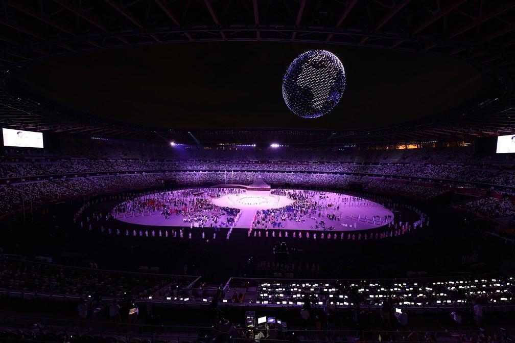 Drones no céu fazem o formato do planeta Terra durante a cerimônia de abertura dos Jogos Olímpicos de Tóquio, no Japão — Foto: Marko Djurica/Reuters