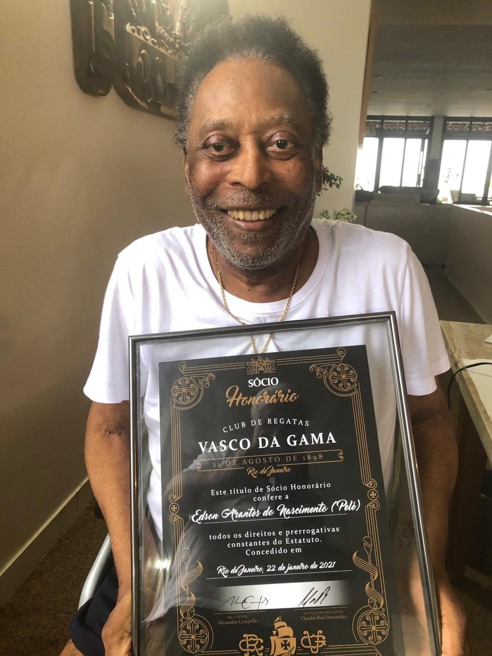 Pelé recebeu o diploma de sócio honorário do Vasco — Foto: Divulgação