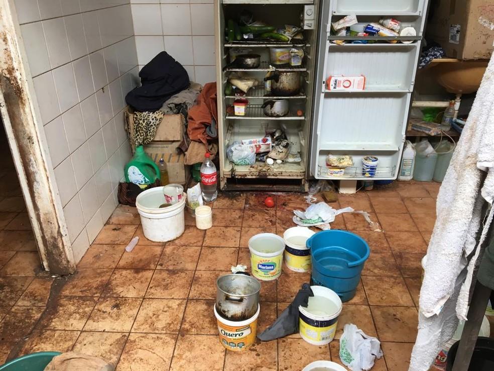 Geladeira da idosa enferrujada e suja; recipientes cheios de água — Foto: Osvaldo Nóbrega/TV Morena