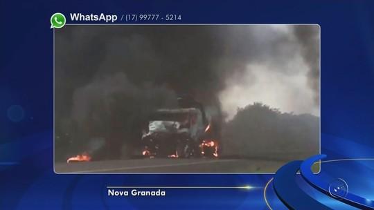 Caminhão carregado com óleo vegetal pega fogo após acidente na BR-153