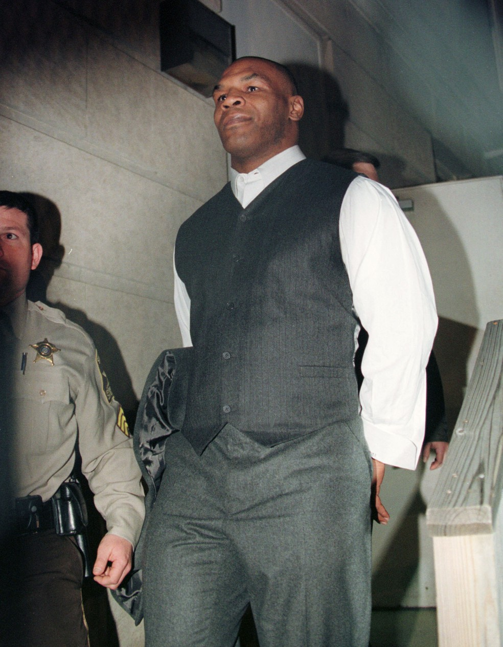 Mike Tyson, lenda do boxe, sendo conduzido pela polícia — Foto: Mark Wilson/Getty Images