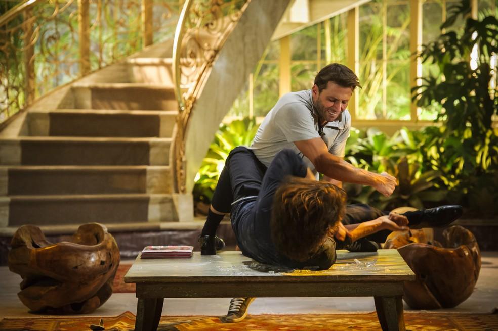 Cassiano (Henri Castelli) bate em Alberto (Igor Rickli) após descobrir que ele se casou com Ester (Grazi Massafera) - 'Flor do Caribe' — Foto: Alex Carvalho/Globo