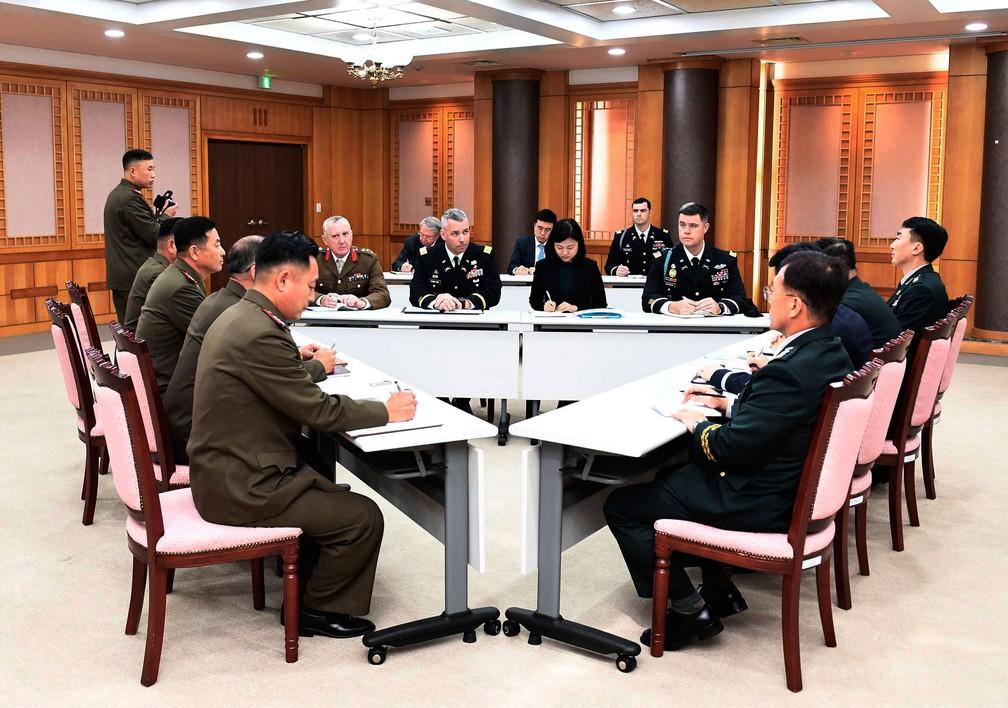 Comando das Nações Unidas liderado pelos EUA, sul-coreanos e norte-coreanos e oficiais militares participam de uma reunião no lado sul de Panmunjom, na Zona Desmilitarizada, nesta terça (16) — Foto: Ministério da Defesa da Coreia do Sul via AP
