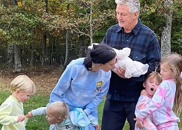 Alec e Hilaria Baldwin com seus cinco filhos (Foto: Instagram)